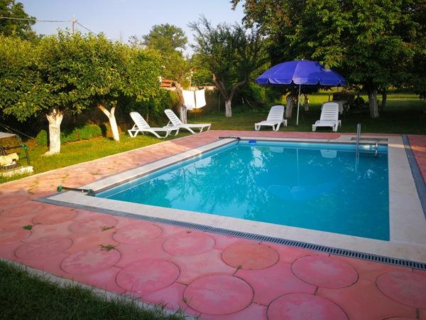Просторен двор и басейн